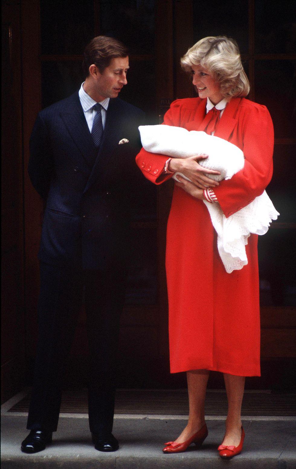 Diana pakai bersama sepatu tanpa hak, ballet flats warna merah.