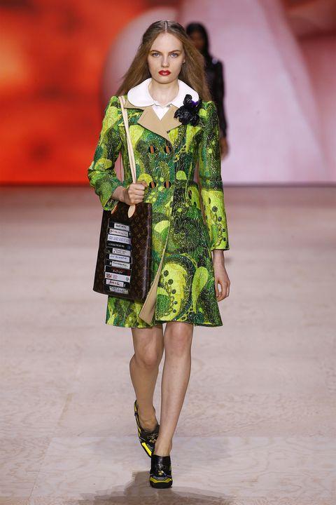 Fashion model, Fashion show, Runway, Fashion, Clothing, Green, Fashion design, Footwear, Public event, Shoulder,
