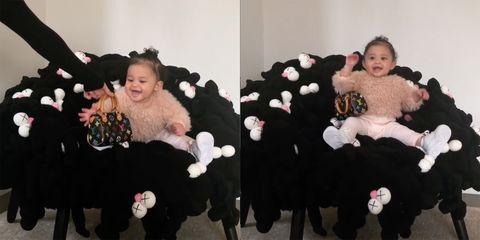 Putri Kylie Jenner ini sangat menggemaskan saat ia mendapatkan tas Louis Vuitton (dok. Instagram)