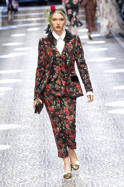 Fashion model, Fashion, Runway, Fashion show, Clothing, Street fashion, Pattern, Spring, Human, Public event,