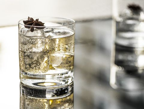 Water, Highball glass, Drink, Old fashioned glass, Glass, Alcoholic beverage, Distilled beverage, Alcohol, Gin and tonic, Liquid,