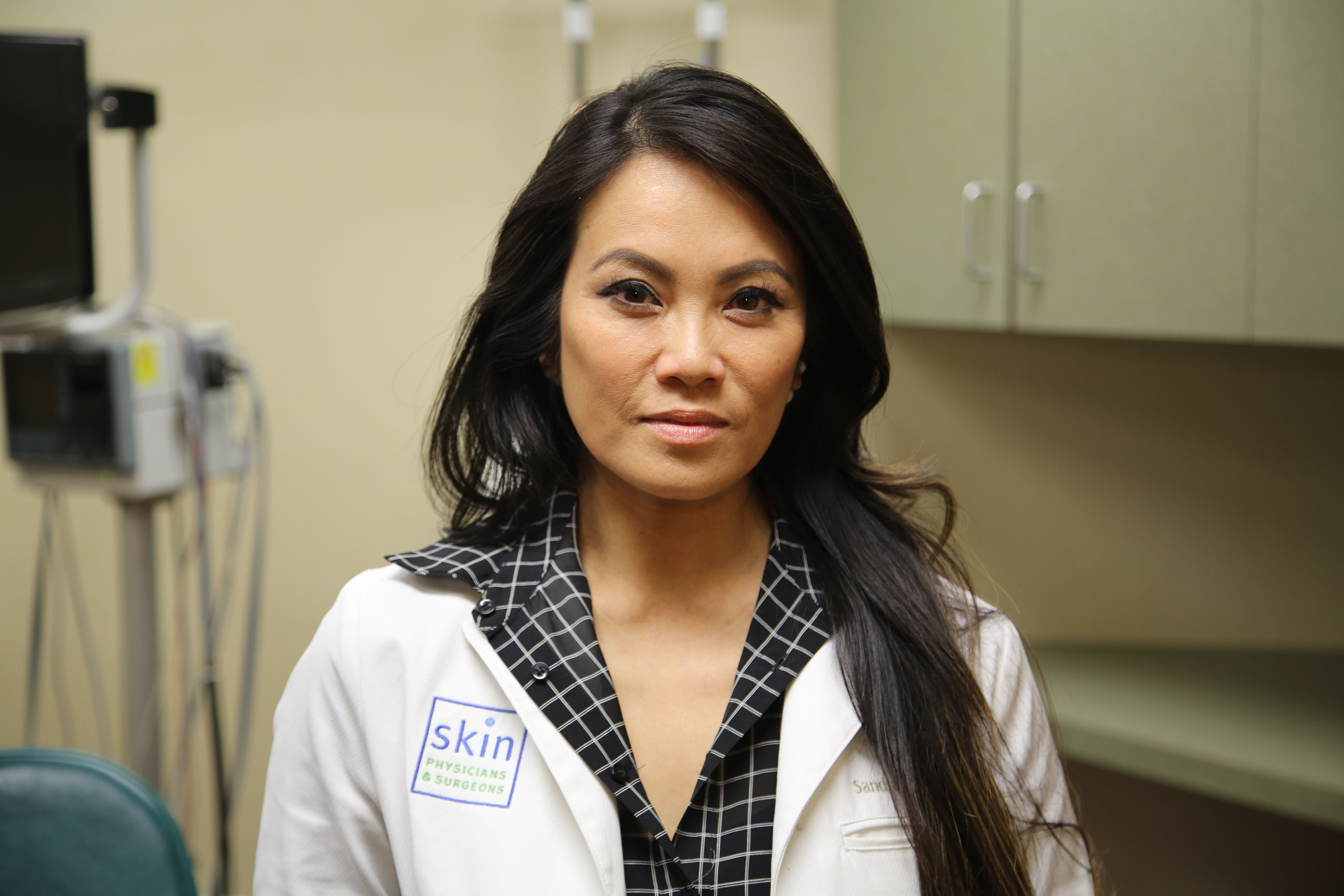 Dr  Pimple Popper Treats Woman With Big Lipoma in Season 3, Episode 2