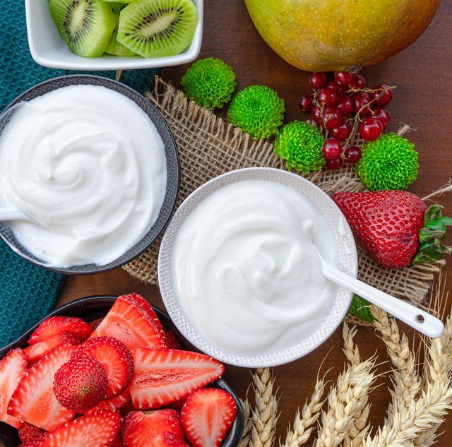 健康や美容意識の高まりから、自然派ヨーグルトを選ぶ人が増加中!今年こそ無添加、無糖、乳酸菌が豊富など、こだわりポイントを押さえた人気商品に注目を。お取り寄せしたくなる、朝食やおやつにおすすめの8点を紹介。牛乳で作られたヨーグルト以外にも、ココナッツミルクやヤギミルク由来のものもあるので気になったらぜひチェックして。
