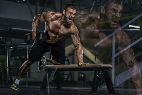 atleta fitness entrenando espalda en un banco con mancuernas