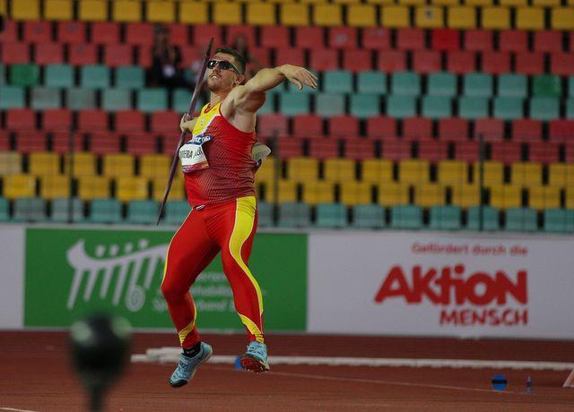 héctor cabrera durante un lanzamiento de jabalina en un mundial paralímpico