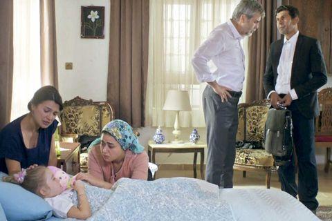 gonüll en cama tras la visita del médico, rodeada de su familia