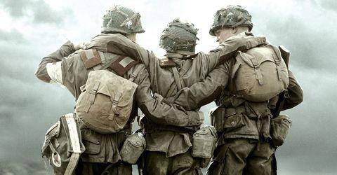 un grupo de soldados abrazados en hermanos de sangre