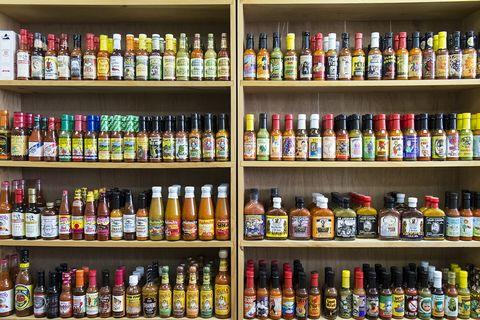 hot sauce in een kast
