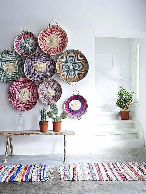 Bandejas y platos de fibra para decorar las paredes. Es tendencia en Pinterest