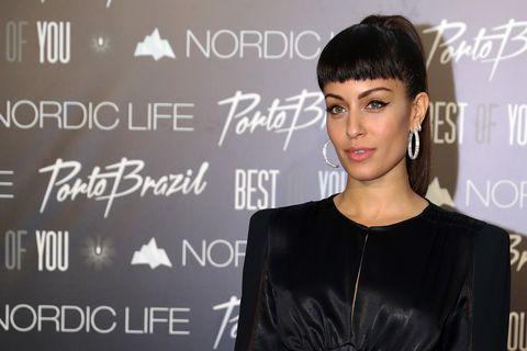 La actriz se ha cortado un flequillo corto    que le sienta de maravilla