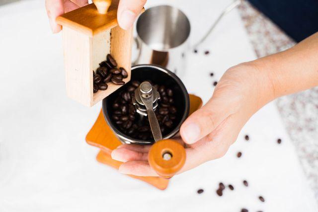自宅で挽きたての美味しいコーヒーを作れるオススメのコーヒーグラインダーを<グッド・ハウスキーピング>からお届け。グラインダーの種類からコーヒー別の挽き具合とともにご紹介します。