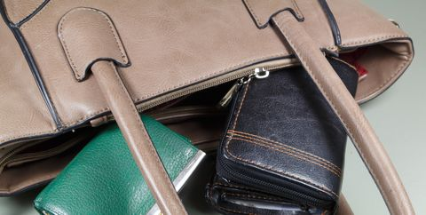 バッグや財布をテーブルの上に置く|インフルエンザにならないための、NG行為10