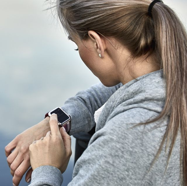 mujer con smartwatch