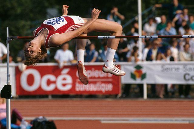 tamara bykova ejecuta un salto de altura representando a la urss en 1989