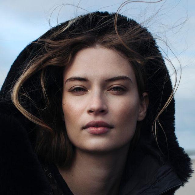 model natuurlijke make up zachte huid op strand