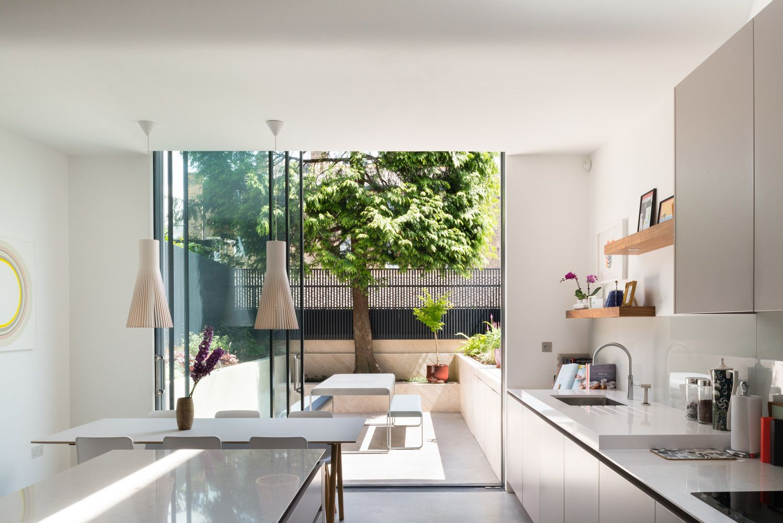 Pareti in vetro per reinventare una casa a schiera a londra