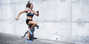Vrouw doet buien aan HIIT (high intensity interval training)