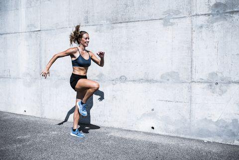 Vrouw doet buien aan HIIT (high intensity interval training)