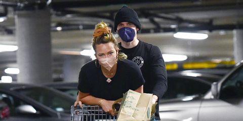 hilary duff y su marido, matthew koma, se lo pasan pipa jugando con el carrito del supermercado en los angeles