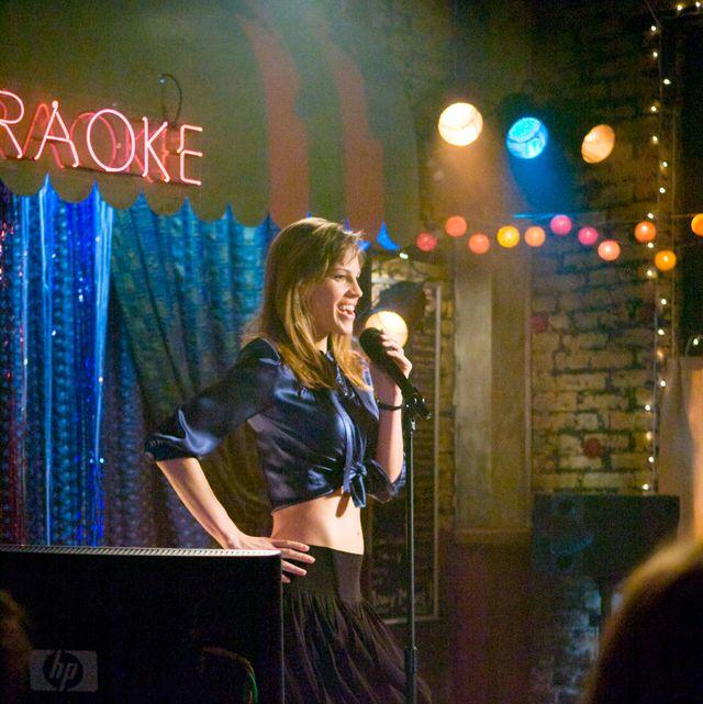 """Hilary Swank en el karaoke, en la película: """"Postdata: Te quiero"""""""