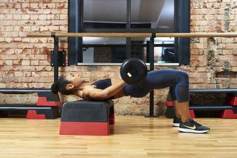 Vrouw die hip thrust doet