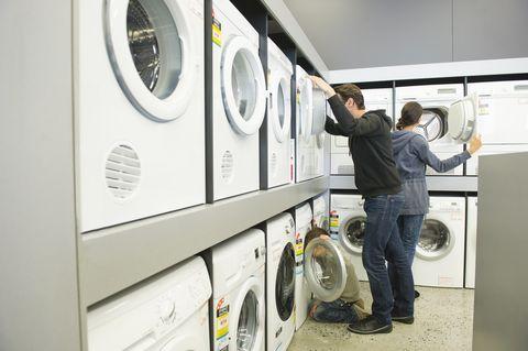 una familia revisa lavadoras en una tienda