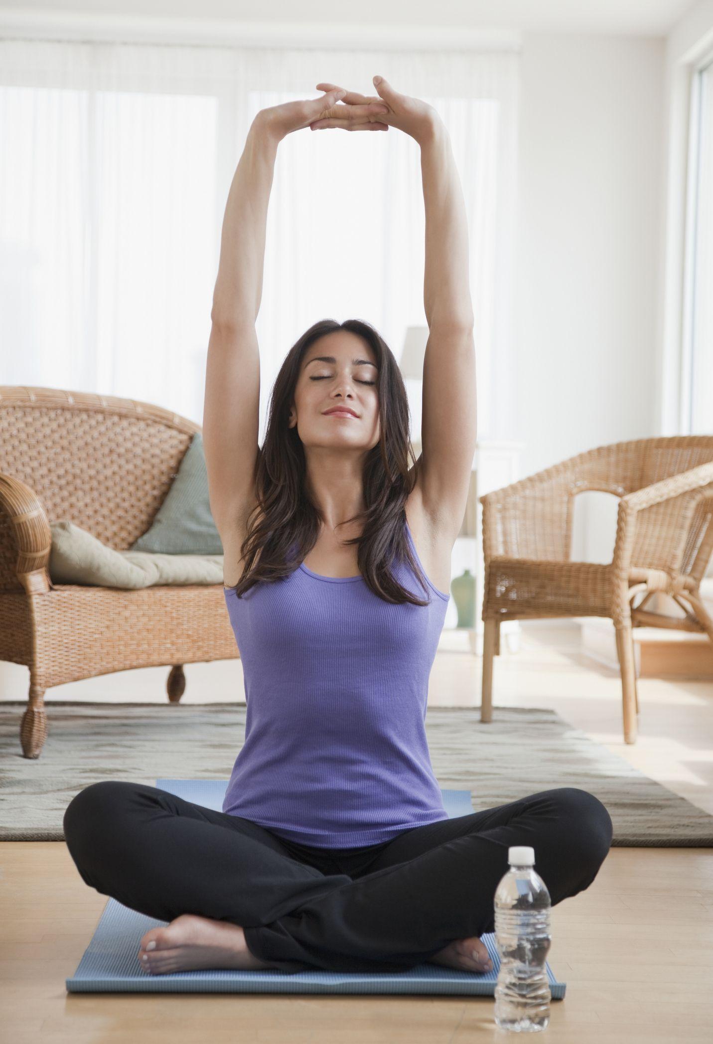 femme hispanique, faire, yoga, dans, salle de séjour