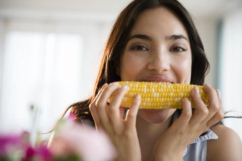 woman eating corn on the cob, food hack