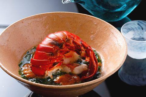 翠 「伊勢海老の大和当帰とあおさあん」。伊勢海老を目の前で蒸し、あんをかける。伝統的な漢方のひとつ、大和当帰とあおさを組み合わせ、薬味のある新鮮な味わいに。