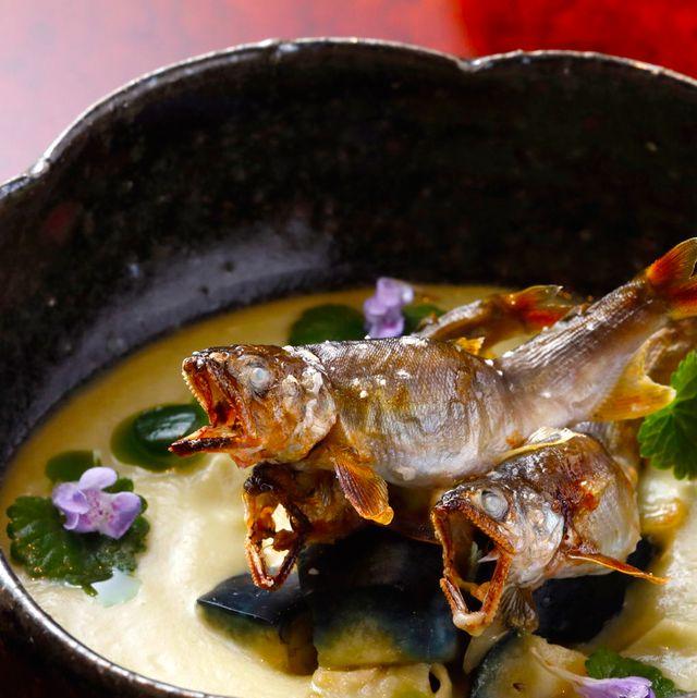 翠 「稚鮎の塩焼きと水なすのすり流し」。水なすのすり流しには、きゅうりと水なすのぬか漬けを刻んだものが入り、香りと食感を楽しめる。
