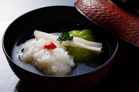 翠 「牡丹鱧とえんどう豆の 葛豆腐の椀」。三島独活、伊吹麝香草が添えられる