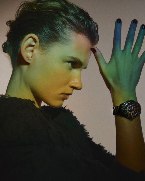 色票迷必收!chanel限量electro膠囊系列「集合j12、première等4大香奈兒腕錶」披上電音彩虹光譜