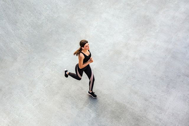 vrouw hardlopen burn out alleen op straat