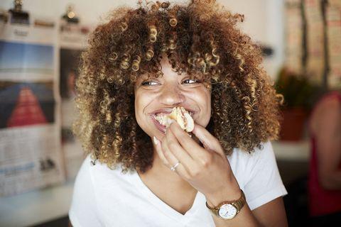 Vrouw eet een broodje