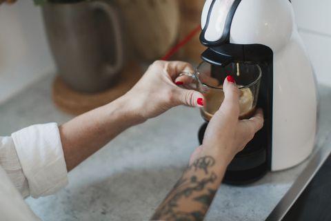 vrouw maakt koffie