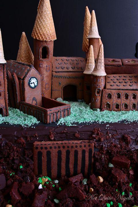 Gingerbread, Dessert, Cake, Icing, Historic site, Cake decorating, Baked goods, Buttercream,