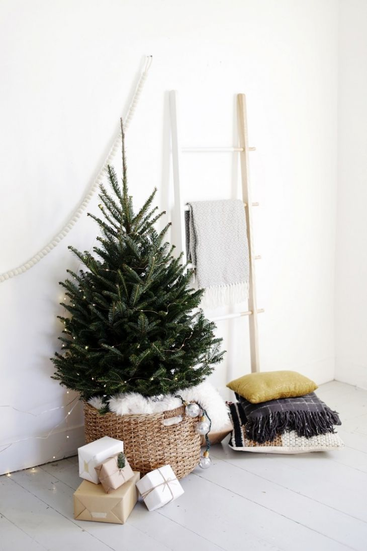 27 easy christmas home decor ideas small space apartment decoration for holidays - Small Decorated Christmas Trees
