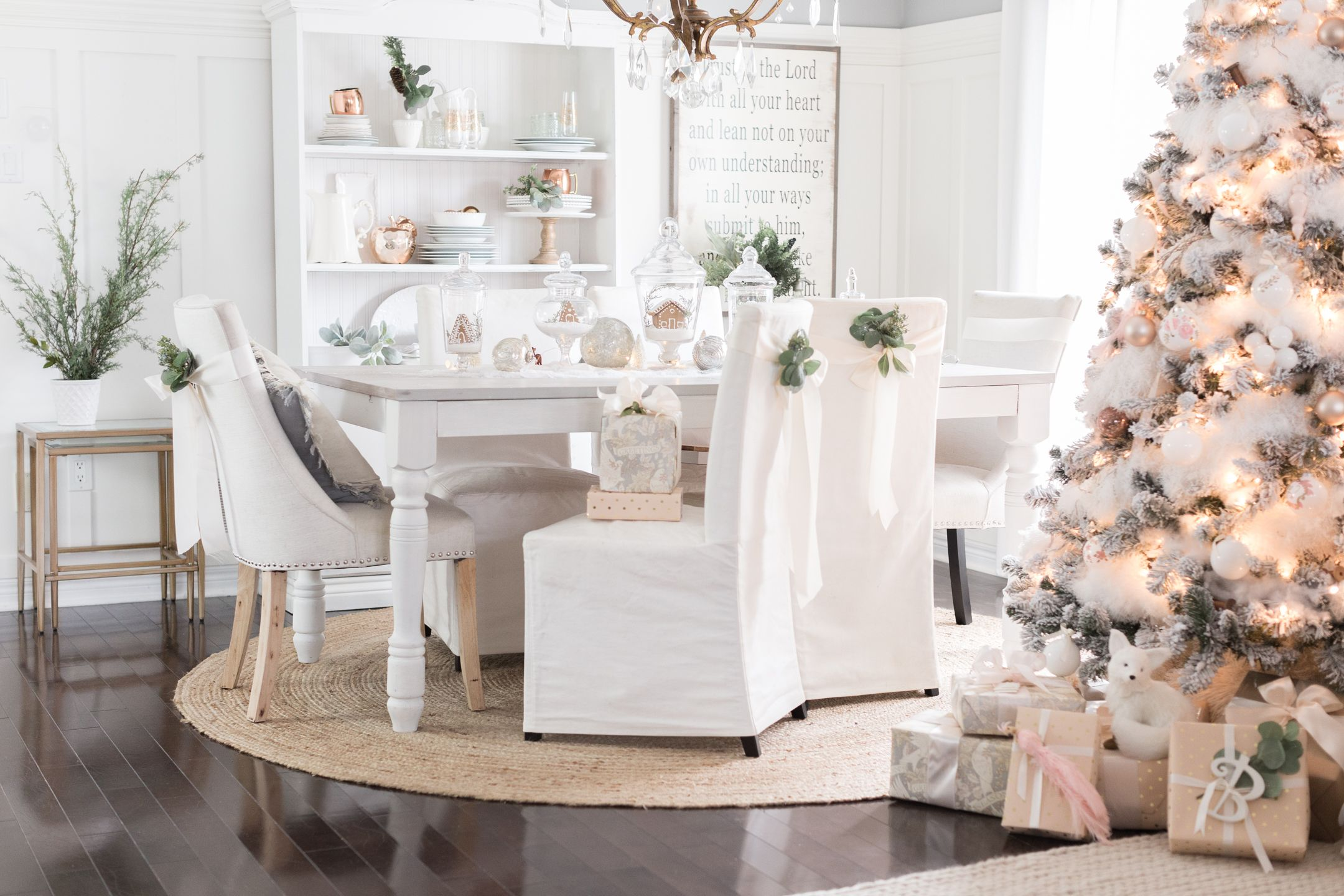 27 easy christmas home decor ideas small space apartment decoration for holidays - Dining Room Christmas Decorations