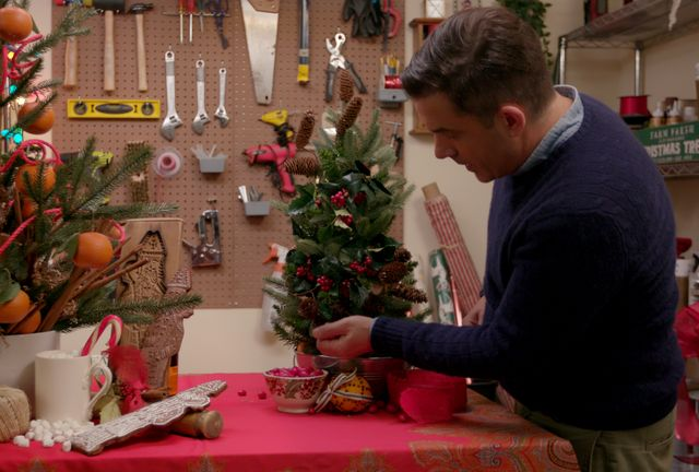 holiday home makeover with mr christmas benjamin bradley in episode 2 of holiday home makeover with mr christmas cr courtesy of netflix©netflix 2020