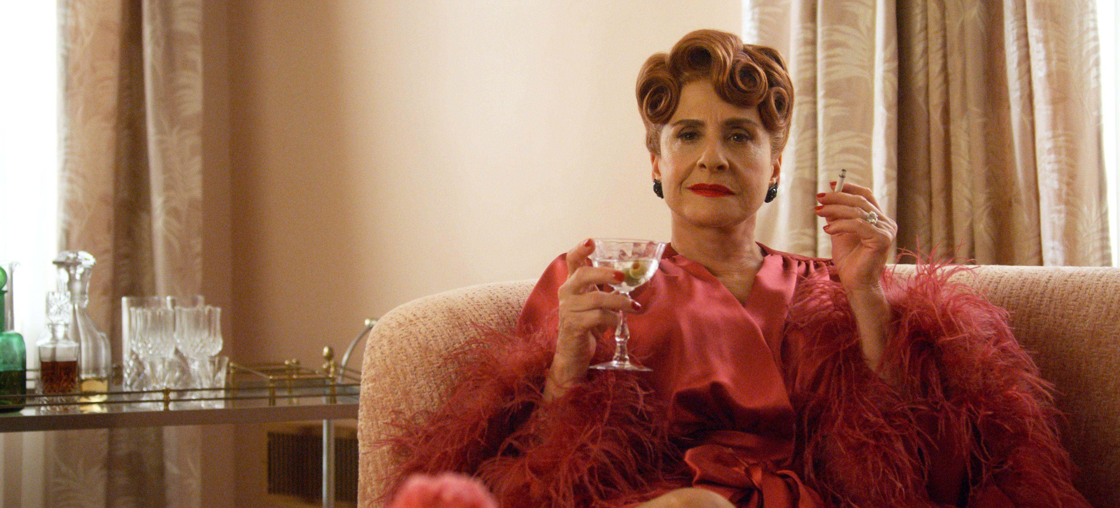 Stüdyo şefi 'Avis Amberg' rolundeki Patti LuPone