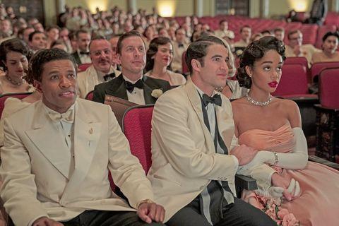jeremy pope, darren criss y laura harrier en una escena que simula la ceremonia de los oscar en la serie de netflix 'hollywood'