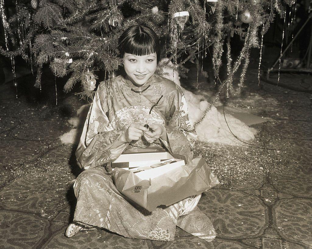 актрисата Анна Мей Уонг под коледната елха