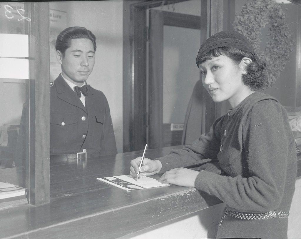 японска актриса Тошиа Мори на телеграфния прозорец