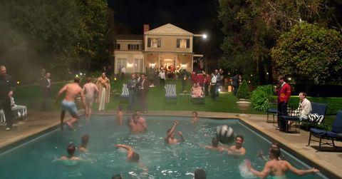 orgia en una piscina en la serie de hollywood de netflix