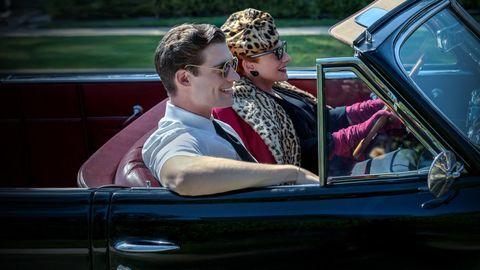una mujer mayor conduce acompañada de un chico en la serie hollywood
