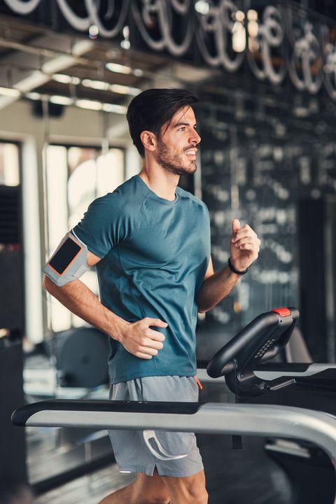 hombre ejercitándose en una cinta de correr del gimnasio
