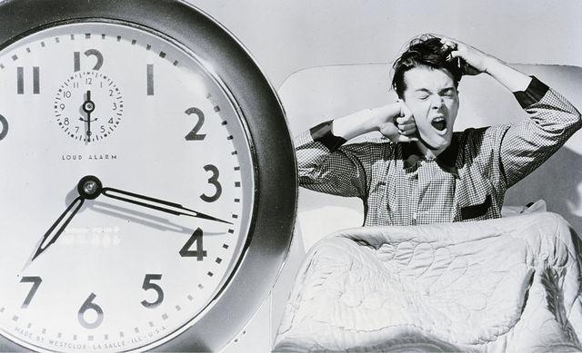un hombre se despierta tras haber dormido mucho, lo que puede causar problemas de memoria