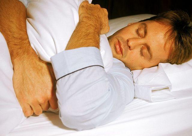 un hombre duerme tranquilamente