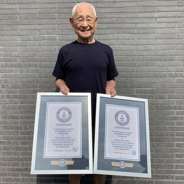 hiromu inada posa con el récord guinness por ser el hombre más mayor en terminar el mundial de ironman