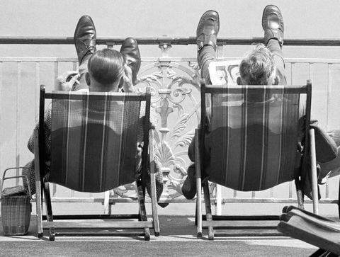 foto en blanco y negro de dos hombres tomando el sol en una hamaca en 1963